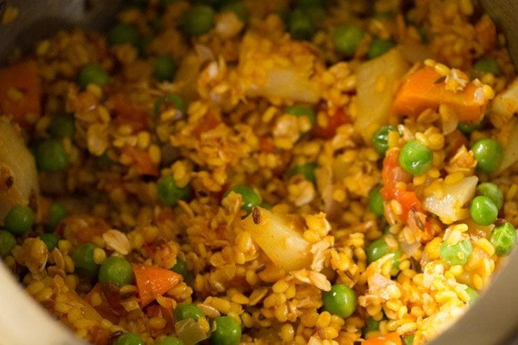 preparing oats khichdi recipe
