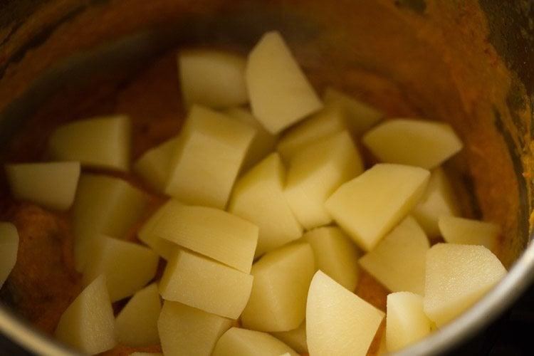 making aloo paneer curry recipe