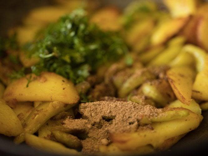 making sukhi aloo parwal sabzi recipe