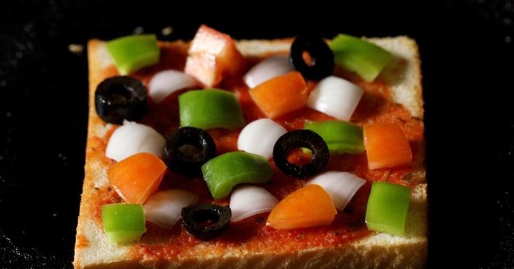 making bread pizza recipe on tawa or pan