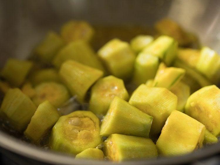 making aloo potol er dalna recipe