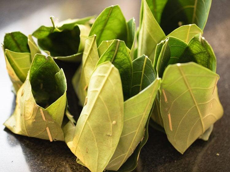 making kotte kadubu recipe, making idli in jackfruit leaves