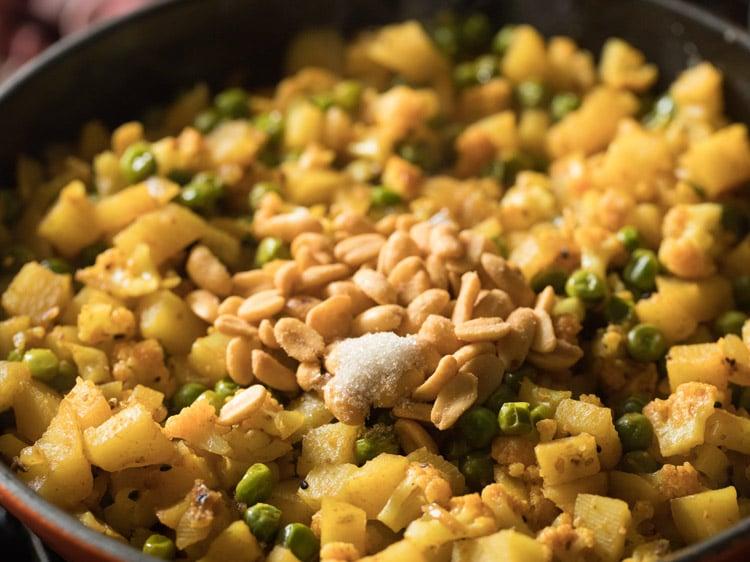 making aloo phulkopir singara recipe