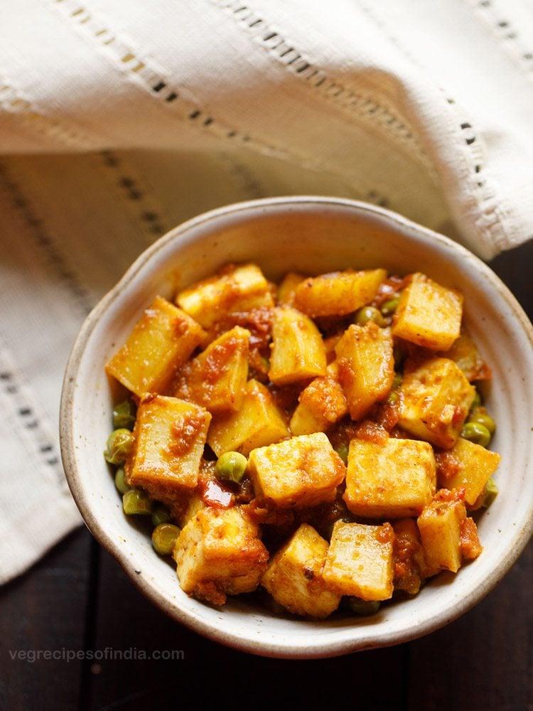 chanar dalna recipe, niramish chanar dalna, bengali paneer curry recipe