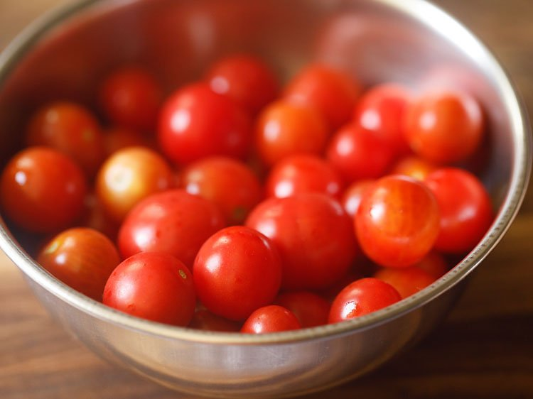 rinsing cherry tomatoes. straining them and allowing the water on them to dry naturally