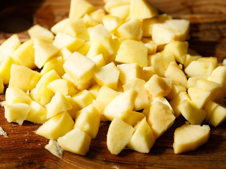 peeled, cored and chopped apples on the chopping board