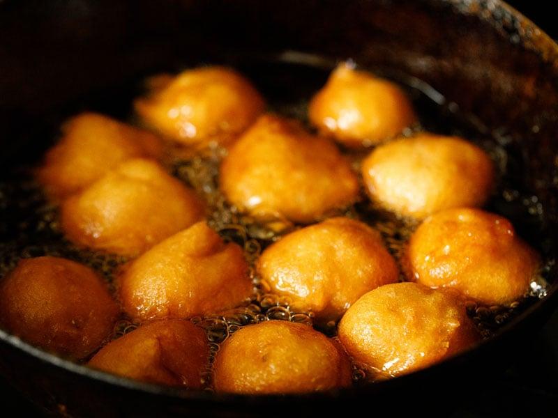 golden fried vada in hot oil